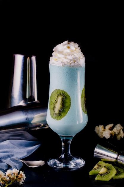 Mleczny koktajl w szklance ze śmietaną i kiwi. Darmowe Zdjęcia