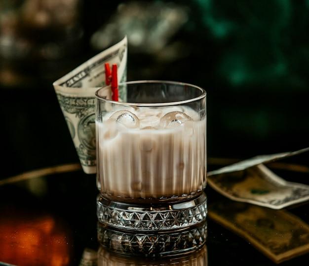 Mleczny Napój Z Kostkami Lodu W Szklance Whisky Przypiętej Do Dolara Darmowe Zdjęcia