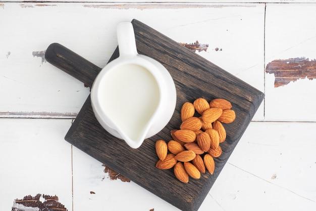 Mleko Migdałowe W Ceramicznym Dzbanku Na Mleko Na Szarym Stole. Premium Zdjęcia