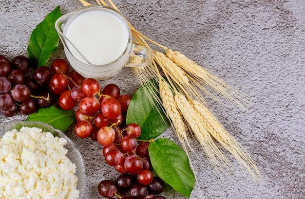 Mleko, Pszenica I Twaróg Z Winogronami Z Bliska Premium Zdjęcia