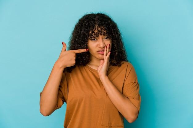 Młoda Afro Amerykańska Kobieta Afro Na Białym Tle O Silnym Bólu Zębów, Bólu Trzonowego. Premium Zdjęcia