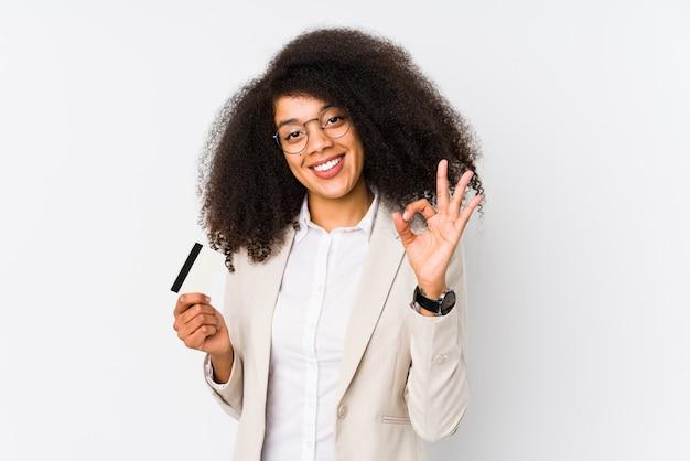 Młoda Afro Biznesowa Kobieta Trzyma Kartę Kredytową, Rozochocony I Ufny Pokazuje Ok Gest. Premium Zdjęcia