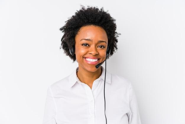 Młoda Afroamerykanin Telemarketer Kobieta Na Białym Tle Szczęśliwy, Uśmiechnięty I Wesoły. Premium Zdjęcia