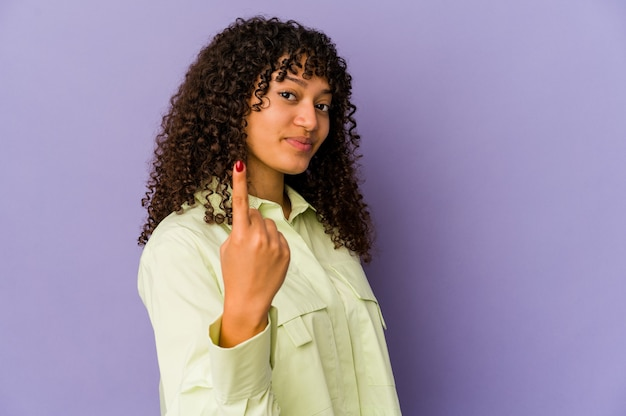 Młoda Afroamerykańska Kobieta Afro Na Białym Tle, Wskazując Palcem Na Ciebie, Jakby Zapraszając, Podejdź Bliżej. Premium Zdjęcia