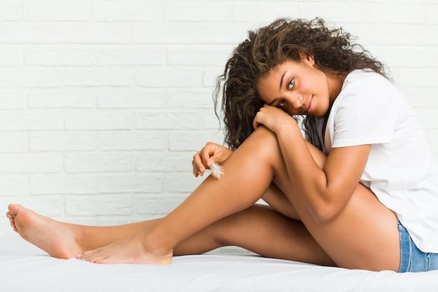 Młoda Amerykanin Afrykańskiego Pochodzenia Kobieta Dba O Jej Nogi Skórze Premium Zdjęcia
