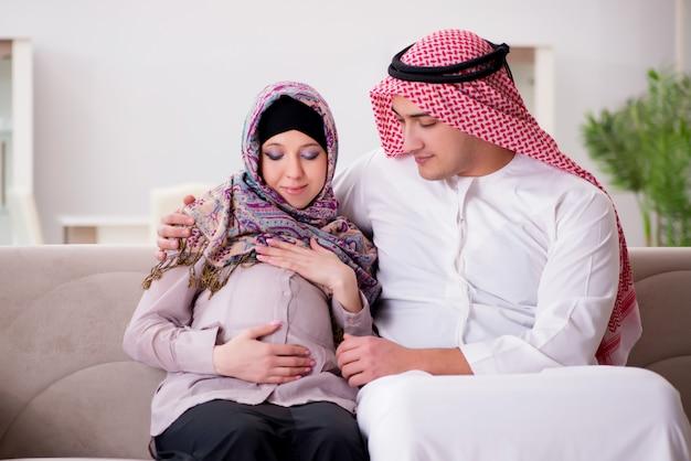 Młoda Arabska Muzułmańska Rodzina Z Ciężarną żoną Oczekuje Dziecka Premium Zdjęcia