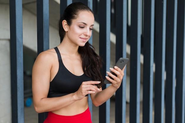 Młoda Atlety Kobieta Z Smartphone Darmowe Zdjęcia