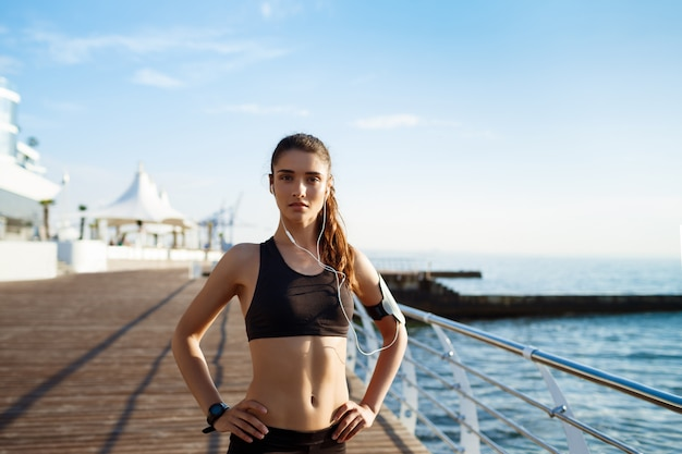 Młoda Atrakcyjna Dziewczyna Fitness Z Wybrzeża Na ścianie Darmowe Zdjęcia