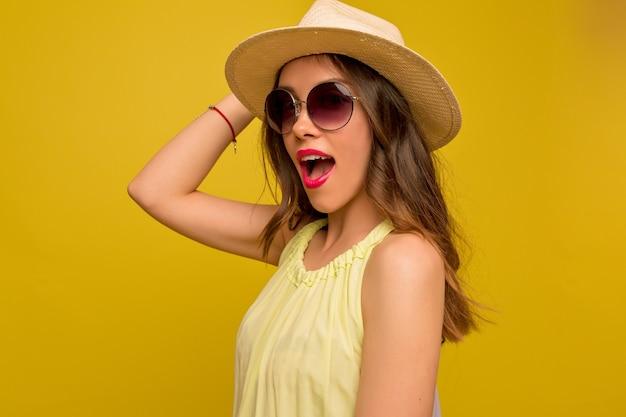 Młoda Atrakcyjna Kobieta Nosi Kapelusz I Lato Jasną Sukienkę Pozowanie Darmowe Zdjęcia