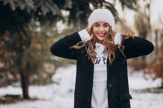 Młoda Atrakcyjna Kobieta W Winter Park W ładny Kapelusz Darmowe Zdjęcia