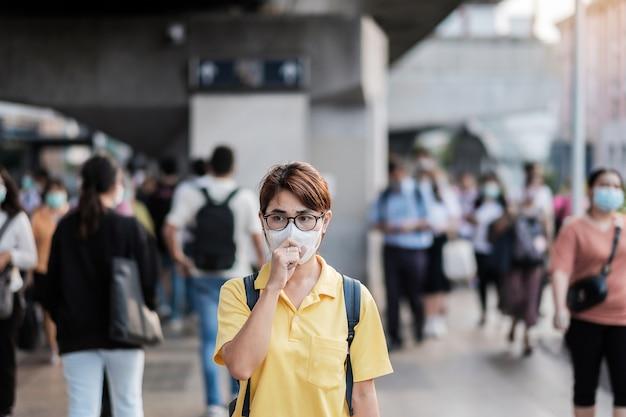 Młoda Azjatka Nosząca Maskę Ochronną Przed Nowatorskim Koronawirusem (2019-ncov) Lub Koronawirusem Wuhan Na Publicznym Dworcu Kolejowym, Jest Zakaźnym Wirusem, Który Powoduje Infekcję Dróg Oddechowych. Premium Zdjęcia