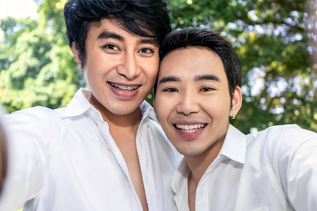 Młoda Azjatycka Homoseksualna Para Bierze Autoportret Z Mądrze Telefonem Premium Zdjęcia