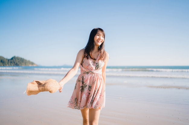 Młoda Azjatycka Kobieta Chodzi Na Plaży. Piękna Kobieta Szczęśliwa Zrelaksować Się Na Plaży Darmowe Zdjęcia