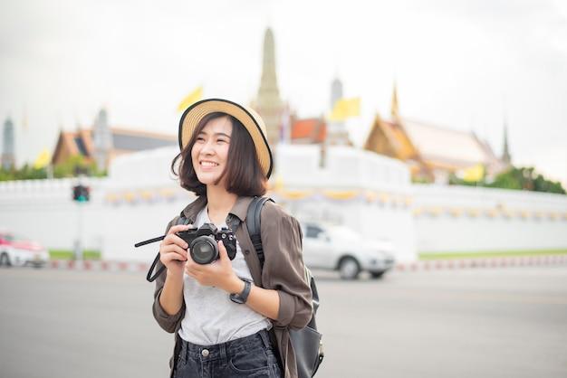 Młoda Azjatycka Kobieta Podróżująca Cieszy Się Z Pięknym Miejscem W Bangkoku Premium Zdjęcia