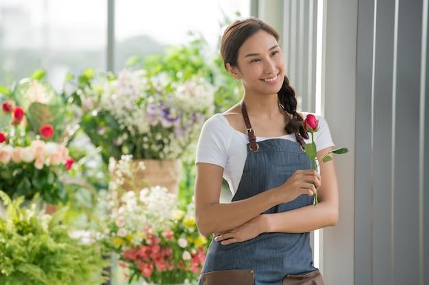 Młoda Azjatycka Kobieta Przedsiębiorca / Właściciel Sklepu / Kwiaciarnia Małej Kwiaciarni Premium Zdjęcia