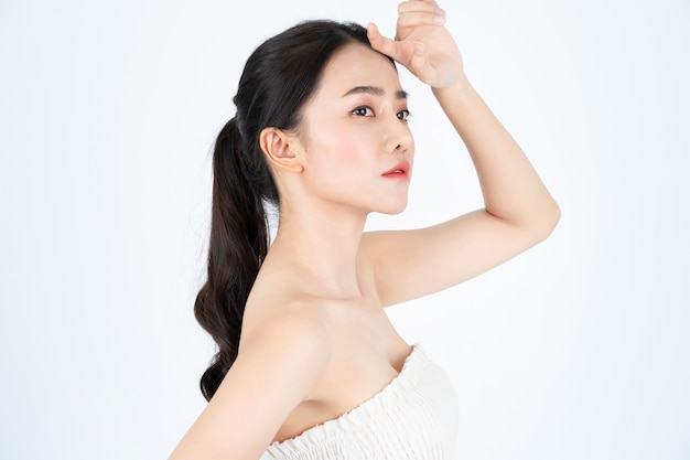 Młoda Azjatycka Piękna Kobieta W Białym Podkoszulku, Ma Zdrową I Jasną Skórę. Premium Zdjęcia