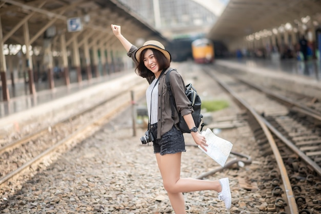 Młoda azjatycka podróżnik kobieta cieszy się turystykę Premium Zdjęcia