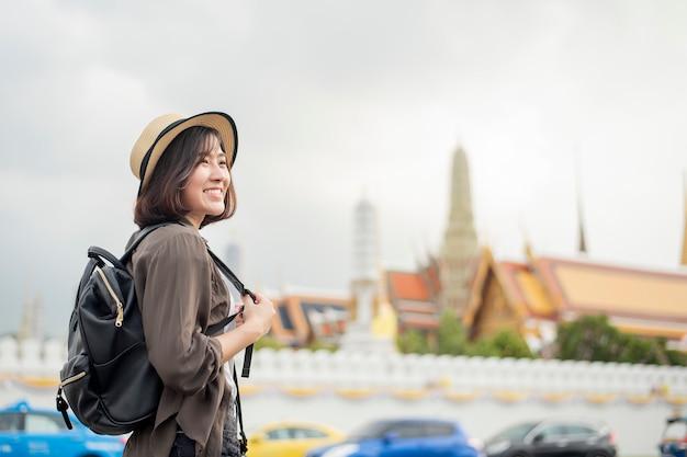 Młoda Azjatycka Podróży Kobieta Cieszy Się Z Pięknym Miejscem W Bangkok, Tajlandia Premium Zdjęcia
