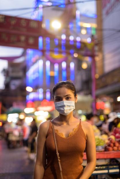 Młoda Azjatycka Turystka Kobieta Ubrana W Maskę Do Ochrony Przed Wybuchem Wirusa Koronowego W Chinatown W Nocy Premium Zdjęcia