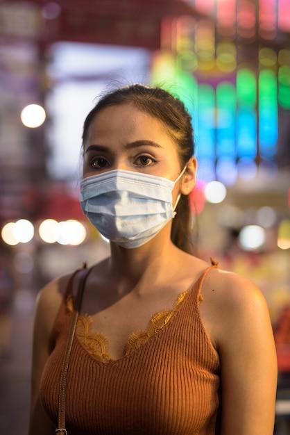 Młoda Azjatycka Turystka Kobieta Z Maską Do Ochrony Przed Wybuchem Wirusa Koronowego W Chinatown W Nocy Premium Zdjęcia