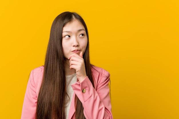 Młoda Azjatykcia Kobieta Jest Ubranym Garnitur Premium Zdjęcia