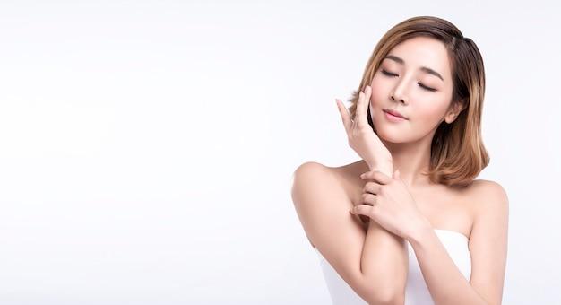 Młoda Azjatykcia Kobieta Z Doskonałą Skórą Premium Zdjęcia