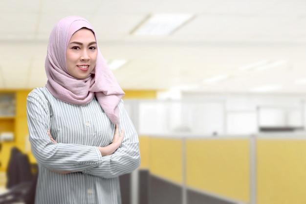 Młoda azjatykcia muzułmańska kobieta z chustka na głowę Premium Zdjęcia