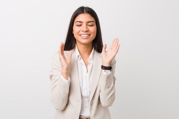 Młoda Biznesowa Arabska Kobieta Odizolowywająca Na Białym Tle Radosny śmia Się Dużo. Koncepcja Szczęścia. Premium Zdjęcia