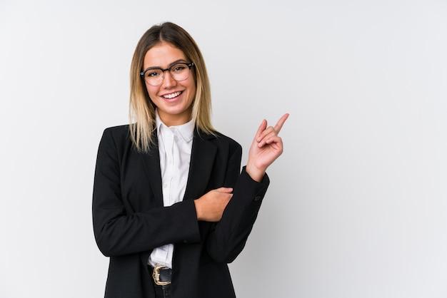 Młoda Biznesowa Caucasian Kobieta Ono Uśmiecha Się Radośnie Wskazujący Z Palcem Wskazującym Daleko Od. Premium Zdjęcia