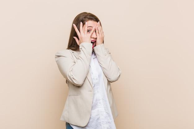 Młoda biznesowa kobieta mruga palcami przestraszonymi i nerwowymi. Premium Zdjęcia