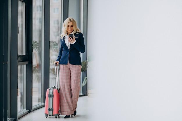 Młoda Biznesowa Kobieta Podróżuje Na Biznesie Darmowe Zdjęcia
