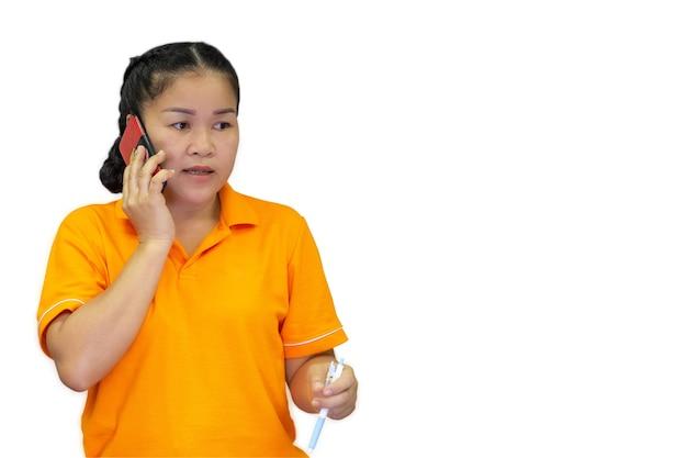 Młoda Biznesowa Kobieta Posiada Telefon Komórkowy, Aby Biznes Lub Nieformalne Połączenie W Odosobnionym Tle Premium Zdjęcia