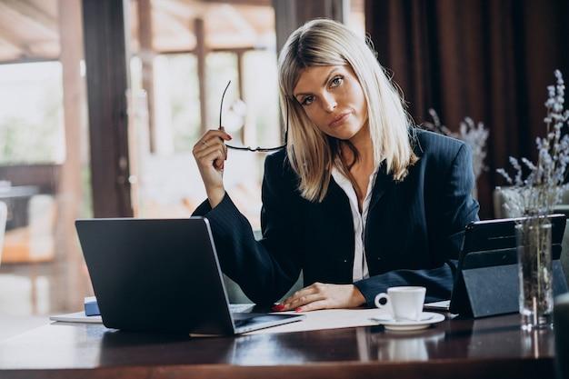 Młoda Biznesowa Kobieta Pracuje Na Komputerze W Kawiarni Darmowe Zdjęcia