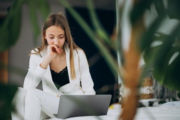 Młoda Biznesowa Kobieta W Białym Kostiumu Pracuje Na Komputerze Darmowe Zdjęcia