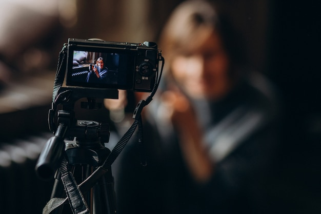 Młoda blogerka wideo dokonująca przeglądu wideo dla swojego vloga Darmowe Zdjęcia