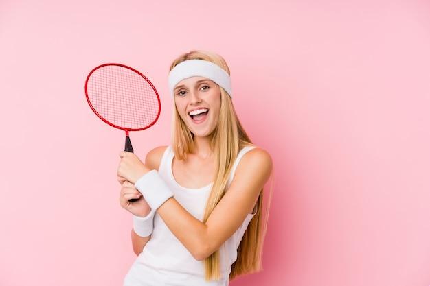Młoda Blond Kobieta Gra W Badmintona Na Białym Tle Premium Zdjęcia