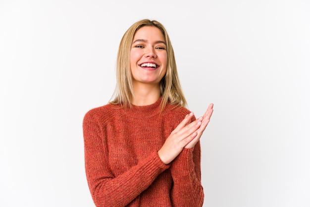 Młoda Blondynka Kaukaski Kobieta Na Białym Tle Czuje Się Energiczny I Wygodny, Pocierając Ręce Pewnie. Premium Zdjęcia