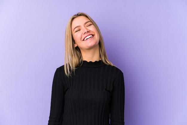 Młoda Blondynka Kaukaski Kobieta Na Białym Tle Zrelaksowany I Szczęśliwy, śmiejąc Się, Wyciągnięta Szyja Pokazując Zęby. Premium Zdjęcia