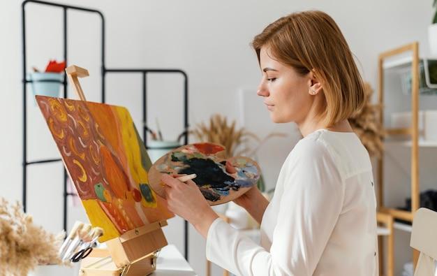 Młoda Blondynka Malowanie Akryli Darmowe Zdjęcia