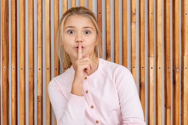 Młoda blondynki dziewczyna robi cii znakowi Darmowe Zdjęcia