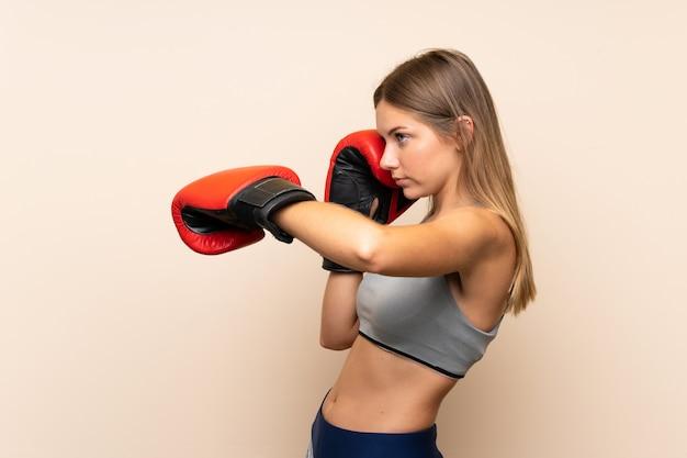 Młoda Blondynki Dziewczyna Z Bokserskimi Rękawiczkami Nad Odosobnioną ścianą Premium Zdjęcia