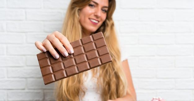 Młoda Blondynki Kobieta Z Chocolat Premium Zdjęcia