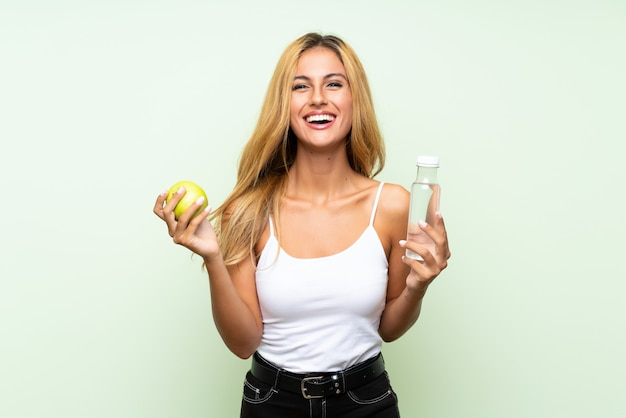 Młoda blondynki kobieta z jabłkiem Premium Zdjęcia