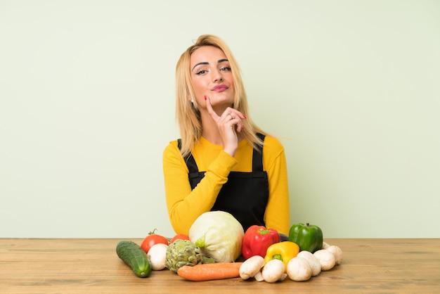 Młoda Blondynki Kobieta Z Udziałami Warzywa Myśleć Pomysł Premium Zdjęcia