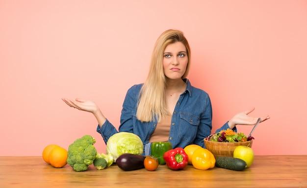 Młoda Blondynki Kobieta Z Wiele Warzywami Nieszczęśliwymi Dla Nie Rozumieć Coś Premium Zdjęcia