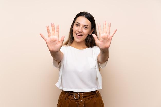 Młoda Brunetki Kobieta Liczy Dziesięć Z Palcami Premium Zdjęcia