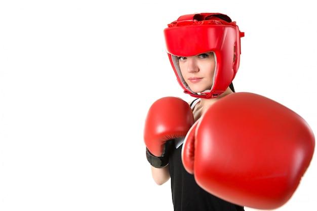 Młoda Brunetki Kobieta W Czerwonych Bokserskich Rękawiczkach I Hełmie Robi Wpływowi Premium Zdjęcia