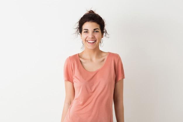 Młoda, Całkiem Naturalna Kobieta, Uśmiechnięta, Szczere Emocje, Pozytywna, Szczęśliwa, Odizolowana, Różowa Koszulka Darmowe Zdjęcia