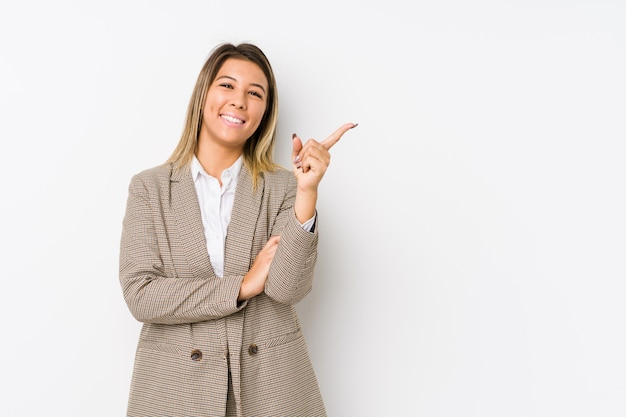 Młoda Caucasian Biznesowa Kobieta Odizolowywał Uśmiecha Się Radośnie Wskazujący Z Palcem Wskazującym Daleko Od. Premium Zdjęcia