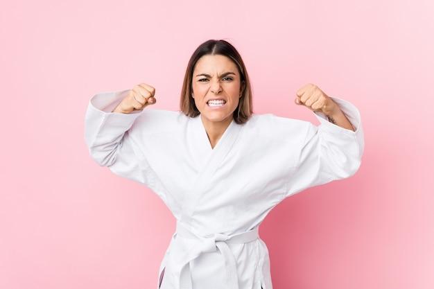 Młoda Caucasian Karate Kobieta Odizolowywająca Premium Zdjęcia